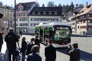 Erster Halt Gallusplatz: Das Medieninteresse an der Jungfernfahrt des ersten Batteriebusses der VBSG war gross. (Bild: Sandro Büchler)