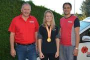 Ivan Oberhänsli (links) und Erwin Meile sind stolz auf ihre Schweizer Meisterin Rahel Brändle.