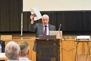 Gemeindepräsident Guido Grütter verweist an der Versammlung auf die Botschaft. (Bild: Roman Scherrer)
