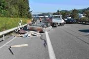 Die Unfallstelle auf der Autobahn bei Winkeln mit dem Lieferwagen und dem umgestürzten Anhänger. (Bilder: Kantonspolizei St.Gallen - 12. September 2019)