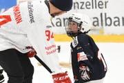 Erstligastürmer Ivan Hausamann hat die volle Aufmerksamkeit des U9-Spielers. (Bild: Mea McGhee)