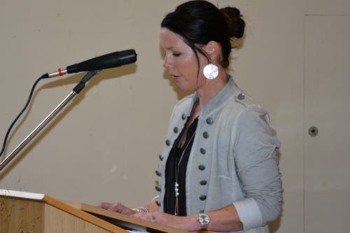 Gemeindepräsidentin Anita Zurfluh beglückwünschte Dittli im Namen der Gemeinde. (Bild: Christian Tschümperlin, Attinghausen, 20. Oktober 2019)
