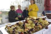So sieht ein gesunder, saisonaler und regionaler Znüni aus: Fruchtspiesse mit Äpfeln und Trauben. (Bild: Mario Testa)