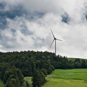 Diese Windkraftanlage besteht bereits: Die Lutersarni der CKW in Entlebuch. (Bild: Pius Amrein, 25. August 2015)