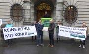 Übergabe der Unterschriften vor dem Luzerner Stadthaus (Bild: PD/Junge Grüne, Luzern, 11. März 2019)