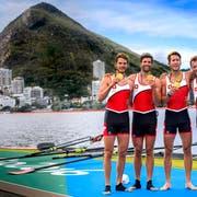 Nachdem sie in Rio mit dem Leichtgewichts-Vierer Olympia-Gold holten, sind sie nun mit dem kantonalen Sportpreis ausgezeichnet worden: Mario Gyr (2. von links) und Simon Schürch (2. von rechts). (Bild: Laurent Gillieron/Keystone)