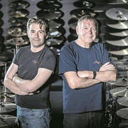 Heinz (links) und Sepp Glanzmann in ihrem Schlagzeugshop. (Bild: Pius Amrein, Altishofen, 25. April 2017)