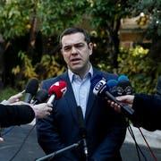 Griechenlands Premierminister Alexis Tsipras steht der Presse Red und Antwort nach dem Rücktritt von Verteidigungsminister Panos Kammenos. (Bild: Yorgos Karahalis/AP (Athen, 13. Januar 2019)