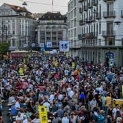 Rund 100'000 Besucher zählte das Luzerner Fest 2018 – hier die Menschenmassen auf dem Schweizerhofquai. (Bild: Philipp Schmidli (Luzern, 30. Juni 2018))