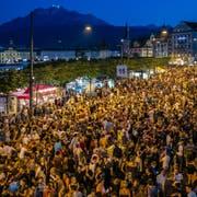 Besucher des Luzerner Fests auf dem Schweizerhofquai. (Bild: Philipp Schmidli, 30. Juni 2018)