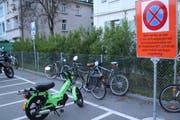 Ab dem 3. Juni werden illegal abgestellte Velos auf dem Zweirad-Parkplatz an der Lagerstrasse eingesammelt und abtransportiert. (Bilder: Reto Voneschen - 23. Mai 2019)