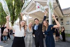 Michaela Gasser, Silia Ming, Yanic Bucher und Lorena Marjanonic (von links)freuen sich über den Abschluss.(Bild: Roger Zbinden (Sarnen, 7. Juli 2018))