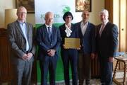 Heinz Scheidegger, Corinne Rüegg und Valentin Bot von der Kartause-Ittingen-Geschäftsleitung sind bei der Preisübergabe umgeben von Icomos-Jurypräsident Gerold Kunz und Daniel Borner, Direktor von Gastrosuisse. (Bild: PD)
