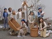 Kinder und Jugendliche spielen in der katholischen Kirche Rotmonten Episoden aus dem Leben der Apostel Petrus und Paulus nach. (Bild: PD)