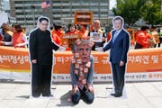 Donald Trump als Störenfried zwischen Kum Jong Un und Moon Jae In: Protestaktion gegen die Absage des geplanten Gipfels zwischen Nordkorea und den USA. (Jeon Heon-Kyun/EPA)