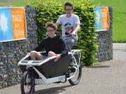 Silvan und Yannick Hilber hatten am Tag der Sonne Spass mit dem elektrischen Lastenfahrrad. (Bild: Christoph Heer)