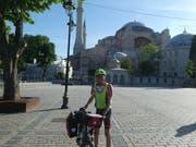 Am Ziel: Philippe Müller mit seinem Velo vor der Hagia Sophia in Istanbul. (Bild: PD)