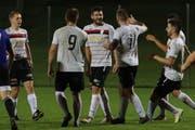 Dominik Hardegger (Mitte) durfte sich gleich drei Mal von den Mitspielern als Torschütze feiern lassen. (Bild: Robert Kucera)