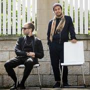 Lorenz «Lo» Häberli (links) und Luc «Leduc» Oggier posieren in Olten auf Stühlen, die mit «Gratis zum Mitnehmen» angeschrieben waren. (Bild: Chris Iseli, 21.8.2019, Olten)