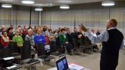 Gemeindepräsident Markus Bürger erläutert den interessierten Stimmbürgern das Sanierungsprojekt. (Bild: Christoph Heer)