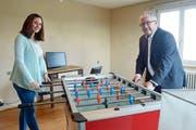 Gemeinderätin Kristy Keller und Gemeindepräsident Thomas Bitschnau im Spielzimmer des Jugendraums. (Bild: Mario Testa)