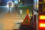 Bürgler Feuerwehrleute binden die Ölspur und reinigen die Kantonsstrasse, nachdem ein Lastwagen Öl verloren hatte. (Bild: Mario Testa