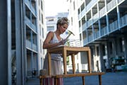 Petra Gerharz-Bezely hat in der Teiggi eine Polsterei namens Sitzwandel eröffnet. Hier polstert sie die Sitzfläche eines Hockers.