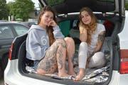 Saida Drai und Alexandra Matovic aus dem Kanton Baselland übernachten während des Open Airs in ihrem Auto. (Bild: Mario Testa)