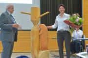 Gemeindepräsident Ruedi Zbinden überreicht Beatrix Kesselring Blumen und den geschnitzten Biber. (Bild: Mario Testa)