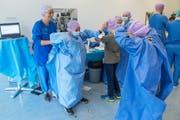 Schüler schlüpfen in Operationskleider.
