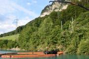 Mit einem Kran wird das Unfallfahrzeug aus dem See geborgen. (Bild: Kapo Obwalden)