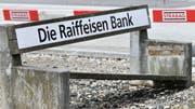 Klare Schieflage: Auch die Raiffeisenbank hatten ihren Vinzenz-Skandal. (Bild: Bruno Kissling)
