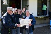 Bauleiter Robert Schneider (2.v.l.) erläutert den Besuchern die Renovation und Umgebung des Munitionsbunkers. (Bild: Werner Lenzin)