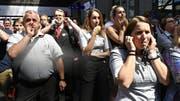 Ausdruck der Vertrauenskrise: Pfeifkonzert während einer Schweigeminute für den tödlich verunglückten Zugbegleiter. (Bild: Walter Bieri/Key (Zürich, 9. August 2019))