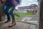 Das Kernser Stimmvolk lehnte eine Aufstockung des Schulhauses Dossen (im Hintergrund) ab. (Bild Christoph Riebli, 23. November 2016)
