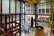 In Emmen gefertigte Raketenverschalungen von Ruag lagern in einer Halle in Zürich (Bild: Alessandro Della Bella / Keystone)