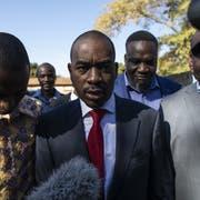 Präsidentschaftskandidat Nelson Chamisa (Bildmitte) vor einem Wahllokal. (Bild: Dan Kitwood/Getty Images (Harare, 30. Juli 2018))