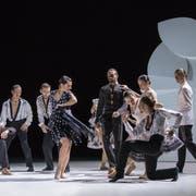 Aurélie Robichon (mitte) übernimmt die Titelrolle in der «Carmen»-Choreografie. (Bild: LT/Gregory Batardon)
