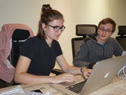 Iman Lünsmann und Thomas Gassmann an ihrem Arbeitsplatz. (Bild: PD)