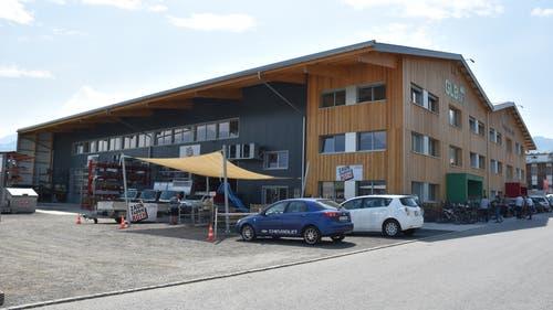 5. Mai: Die KMU-Unternehmen im neuen Gewerbe- und Energiepark im Felsenbachriet in Gams präsentieren die Vielfalt ihrer Tätigkeiten. Die Energie für Strom und Beheizung des grosszügigen Gewerbeparks wird vollständig durch die eigene Fotovoltaikanlage erzeugt.(Bild: Thomas Schwizer)