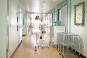 Eine Mitarbeiterin des Luzerner Kantonsspitals am Standort Wolhusen. (Bild: Corinne Glanzmann, 27. April 2017)