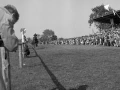 Tausende Zuschauer verfolgen Reiter und Pferde beim Pfingstrennen auf der Frauenfelder Allmend. (Bild: Keystone/Ilse Guenther (30. Mai 1955))
