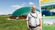 Markus Rohner, stellvertretender Geschäftsführer von Schloss Herdern, vor der Biogas-Anlage. (Bilder: Donato Caspari)