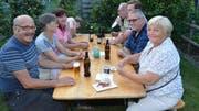 Besucherinnen und Besucher des 32. Brunnenfests verpflegen sich bei guter Stimmung mit einem Bier, einer Bratwurst oder Kaffee und Kuchen. (Bild: Christoph Heer)