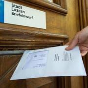 Das grüne Couvert darf nur die Stimm- oder Wahlzettel enthalten.