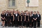 Die Mitglieder des Orchesters der Universität St.Gallen unter einer Gedenktafel für Papst Johannes XIII. in Bergamo. (Bild: PD)