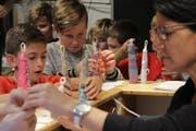 Mit vollem Einsatz dabei: Fünftklässler aus Rorschacherberg verzieren ihre selbstgemachten Kerzen. (Bild: Noah Salvetti)