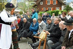 Pfarrer und Ehrenprediger Thomas Meli darf den traditionellen Alpkäse entgegen nehmen.