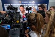 Der Andrang wird immer grösser: Marco Streller, Sportchef des FC Basel, stellt sich den Medien. (Bild: Urs Lindt/Freshfocus (Basel, 2. August 2018))