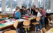 Nach den Sommerferien haben diese Kinder eine neue Lehrerin. Irène Röthlisberger (Mitte) geht in Pension. Bild: Nadia Schärli (7. März 2018)